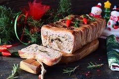 Le four a fait le pain de viande cuire au four avec le lard sur un fond gris concret image libre de droits