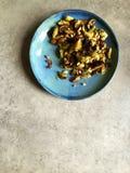 Le four a rôti des choux de bruxelles avec des pignons, ail, parmesan Photographie stock libre de droits
