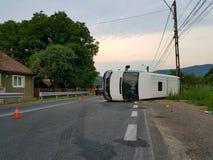 Le fourgon blanc a tourné à l'envers en raison d'une voie de circulation intense d'accidents Photographie stock libre de droits