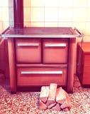 Le fourneau en bois dans une kitchenette avec 70s antiqued l'effet photo libre de droits