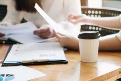 Le foyer chaud de tasse de café, gens d'affaires rencontrant la conférence discutent photo stock