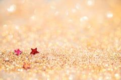 Le foyer mou et l'image sélective sur l'étoile rouge sur l'or allument le bokeh t Images libres de droits