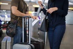 Le foyer sélectionné sur des couples de billet s'élevant à l'aéroport arrivent le DES Images stock