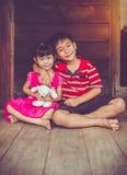 Le frère asiatique a mis l'one& x27 ; bras de s autour du sister& x27 ; épaule et sourire de s Photographie stock libre de droits