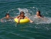Le frère et les soeurs avec la plage joue sur la mer Photos libres de droits