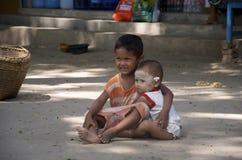 Le frère s'occupe d'une plus jeune soeur dans Bagan Photo stock