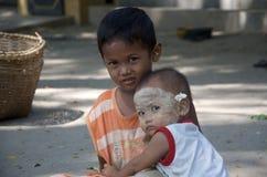 Le frère s'occupe d'une plus jeune soeur dans Bagan Photo libre de droits