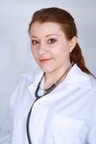 Le för doktor för härlig asiatisk kvinnlig medicinskt Arkivfoto