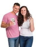 Le för dollarkassa för lyckliga par hållande pengar Arkivfoto