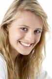 le för flickastående som är tonårs- Arkivbild