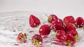 Le fragole mature cade sulla Tabella stock footage