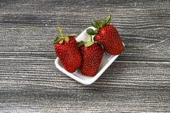 Le fragole su un piatto, le immagini delle fragole più belle e più appetitose, fragole su fondo bianco Immagini Stock Libere da Diritti