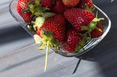 Le fragole su un piatto, le immagini delle fragole più belle e più appetitose, fragole su fondo bianco Immagini Stock