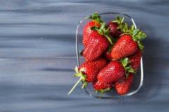 Le fragole su un piatto, le immagini delle fragole più belle e più appetitose, fragole su fondo bianco Fotografia Stock