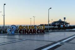 Le framsidan av Cinarcik Logo In Town Square Arkivbild
