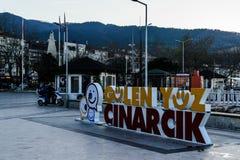 Le framsidan av Cinarcik Logo In Town Square Arkivfoto