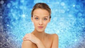 Le framsidan och skuldror för ung kvinna Royaltyfria Bilder
