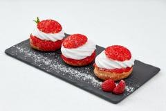 Le Français durcit avec le shanti de crème de fraise gâteau de brassage d'aire sur le schiste noir Composition en restaurant sur  Photographie stock