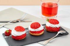 Le Français durcit avec le shanti de crème de fraise gâteau de brassage d'aire sur le schiste noir Composition en restaurant sur  Photographie stock libre de droits