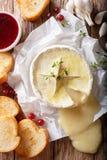 Le Français a fondu le camembert avec le plan rapproché de pain grillé et de sauce à la canneberge photographie stock