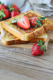 Le Français a grillé avec la fraise et le café, petit déjeuner sain Photographie stock libre de droits