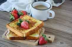 Le Français a grillé avec la fraise et le café, petit déjeuner sain Photos stock