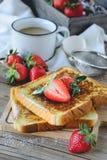 Le Français a grillé avec la fraise et le café, petit déjeuner sain Images libres de droits