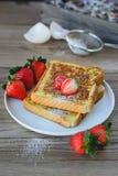Le Français a grillé avec la fraise et le café, petit déjeuner sain Photographie stock