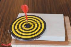 le frecce dei dardi hanno colpito il centro dell'obiettivo Immagini Stock