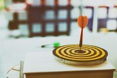 le frecce dei dardi hanno colpito il centro dell'obiettivo Immagine Stock