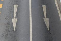 Le frecce indicano la direzione del traffico Fotografia Stock Libera da Diritti