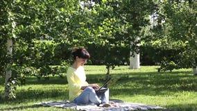 Le free lance della ragazza lavorano all'aperto video d archivio