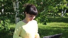 Le free lance della ragazza lavorano all'aperto archivi video