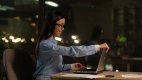 Le free lance felici aprono il computer portatile per lavorare, programma flessibile, impiegato produttivo stock footage