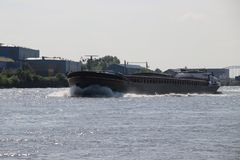 Le fret intérieur se transporte sur la rivière Lek qui transportent le seafreight aux ports en l'Allemagne et Suisse photos stock