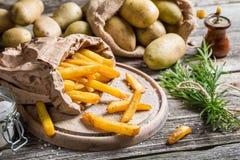 Le fritture casalinghe fresche con sale sono servito in carta Immagine Stock