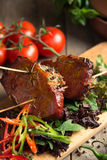 Le froid a bouilli le porc avec des tomates sur la table Photos libres de droits