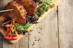 Le froid a bouilli le porc avec des tomates sur la table en bois Photo libre de droits