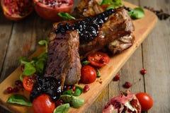 Le froid a bouilli le porc avec des tomates sur la table en bois Images libres de droits
