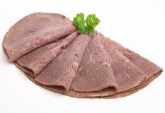 Le froid a coupé en tranches la viande de boeuf de rôti d'isolement Photos libres de droits