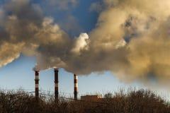 le froid d'hiver là chauffe dans les bâtiments résidentiels Pipe industrielle la fumée vient de elle photographie stock libre de droits