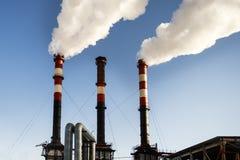 le froid d'hiver là chauffe dans les bâtiments résidentiels Pipe industrielle la fumée vient de elle photo stock