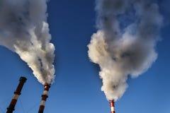 le froid d'hiver là chauffe dans les bâtiments résidentiels Pipe industrielle la fumée vient de elle photographie stock