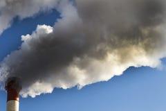 le froid d'hiver là chauffe dans les bâtiments résidentiels Pipe industrielle la fumée vient de elle images stock