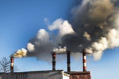 le froid d'hiver là chauffe dans les bâtiments résidentiels Pipe industrielle la fumée vient de elle image libre de droits