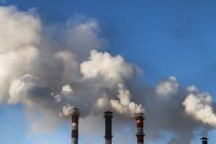 le froid d'hiver là chauffe dans les bâtiments résidentiels Pipe industrielle la fumée vient de elle photo libre de droits