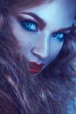 Le froid modifie la tonalité le portrait de la femme de cutie avec des taches de rousseur Image stock