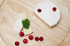 Le fromage à pâte molle et la canneberge. Images stock