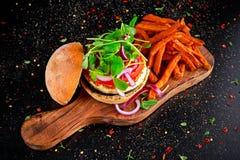 Le fromage de Halloumi, hamburger de champignon avec les patates douces fait frire Concept de nourriture biologique image stock