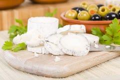 Le fromage et les olives de chèvre Photographie stock libre de droits